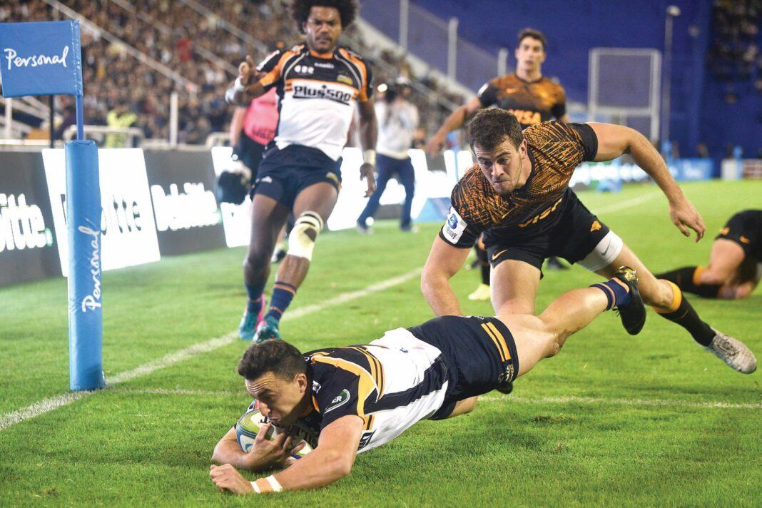 Tom Banks scoring a try