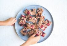 Berry banana crumble muesli bars for lunch box snack